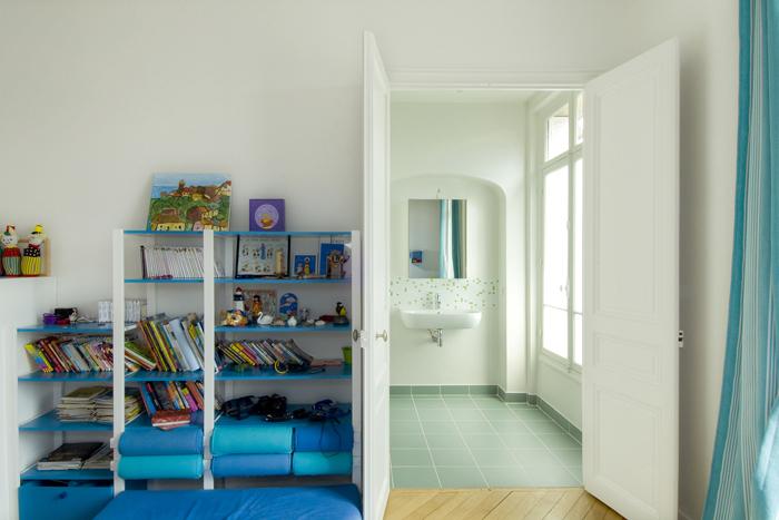 chambre de garçon avec salle de bains verte