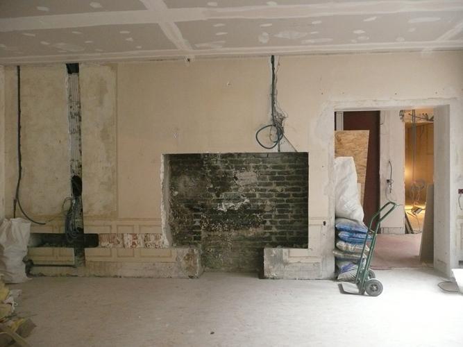 La cheminée est démolie dans le salon