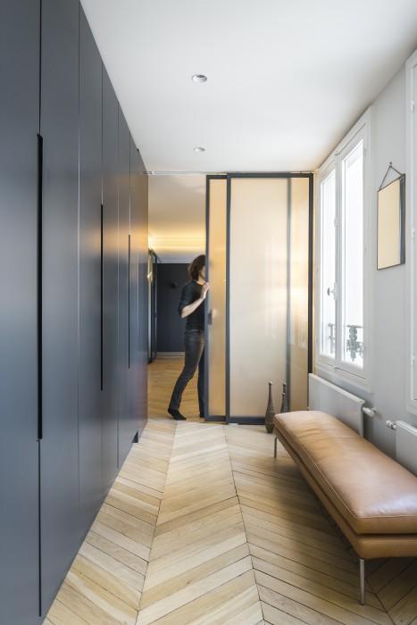 """""""L'espace vie"""" peut être séparé de """"l'espace nuit"""" par ces portes coulissantes vitrées sur mesure."""