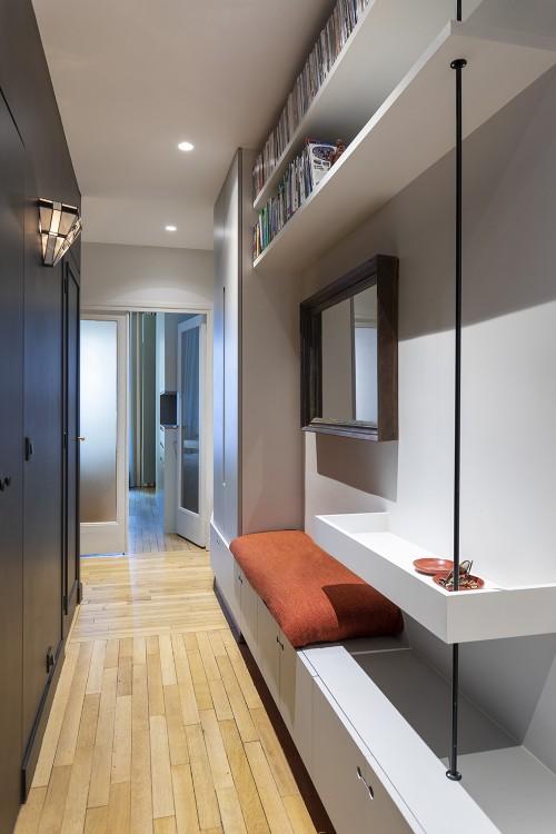 Entrée et Couloir avec intégration d'une banquette, d'un ensemble d'étagères, d'une penderie et d'un vide-poche