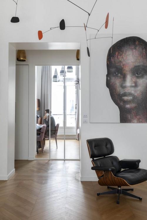 Transformation d'une ancienne chambre d'enfants en un bureau vitré avec vue sur l'entrée et le séjour. L'espace est traversant et gagne en luminosité.