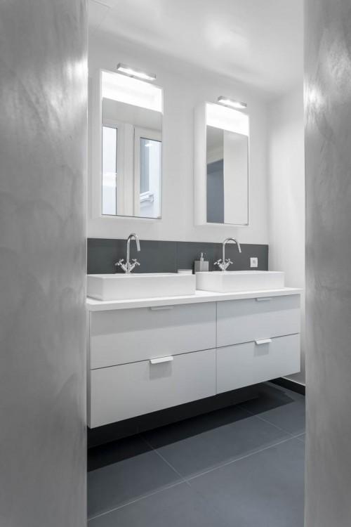 Création d'une nouvelle salle de bain pour les enfants Contenu des formes asymétriques et courbes de l'espace douche, le choix d'un revêtement en béton ciré s'est avéré optimal.