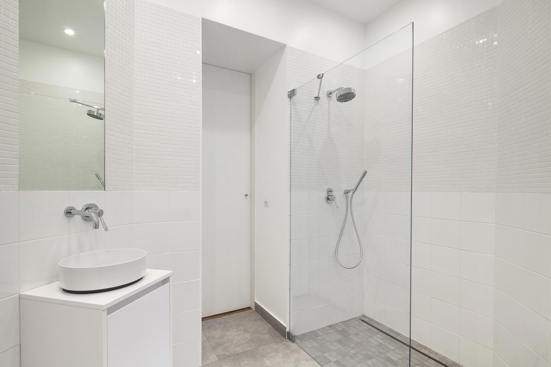 carrelage blanc brillant alape douche italienne