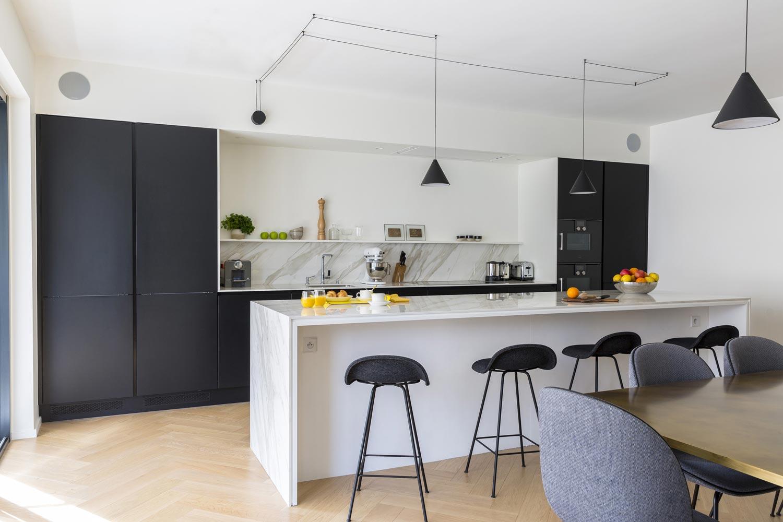 cuisine noir ilot marbre string flos