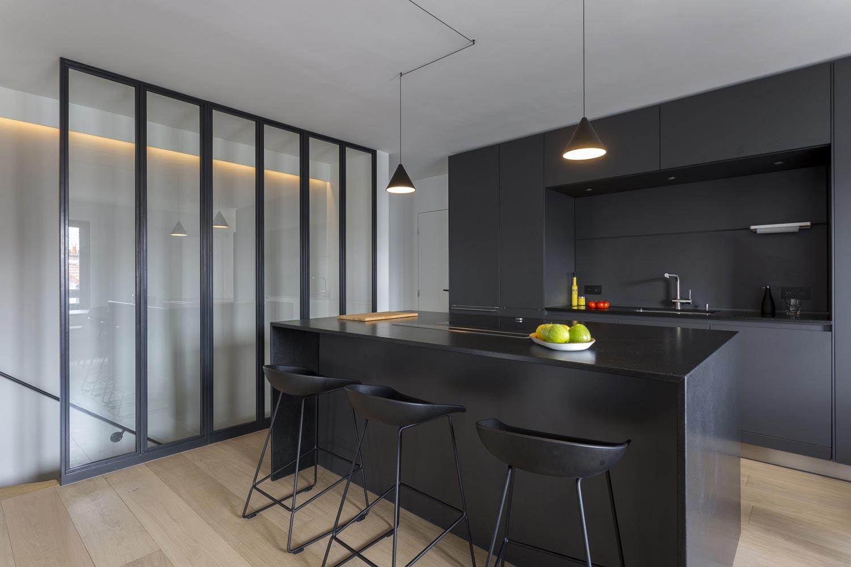 cuisine noir niche ilot verriere escalier