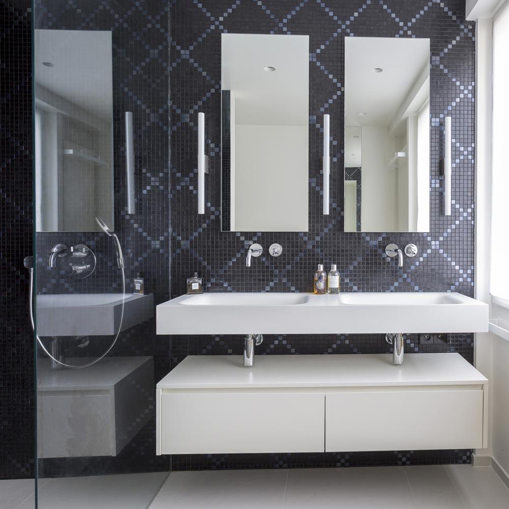 salle d'eau mosaique noire motif corian
