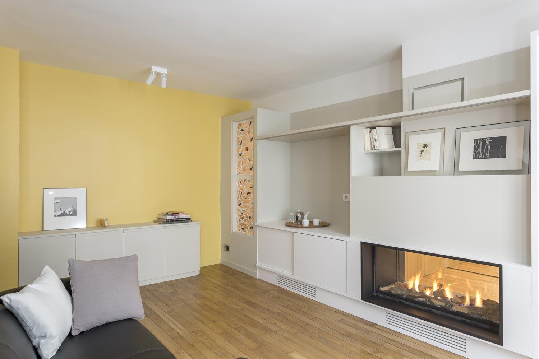 salon jaune meuble sur mesure cheminee gaz