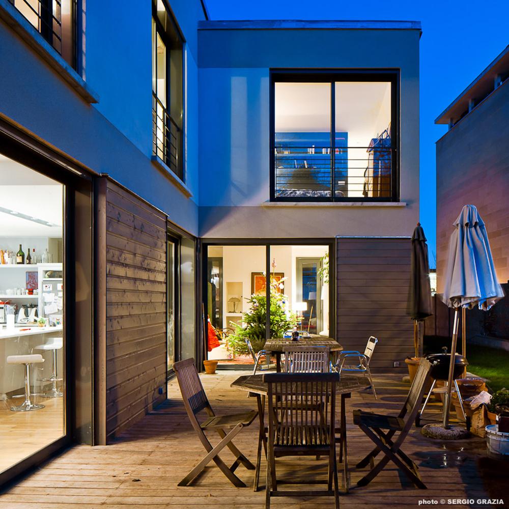 maison contemporaine lumiere nuit baie vitree terrasse