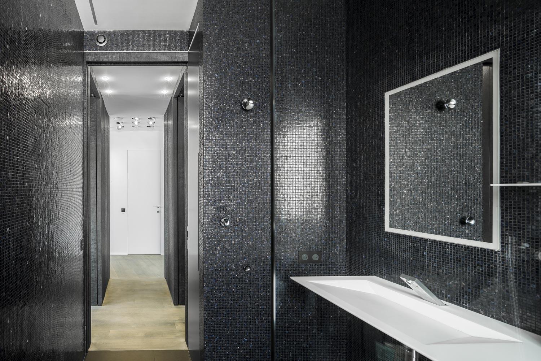 salle de bains noire mosaique bisazza