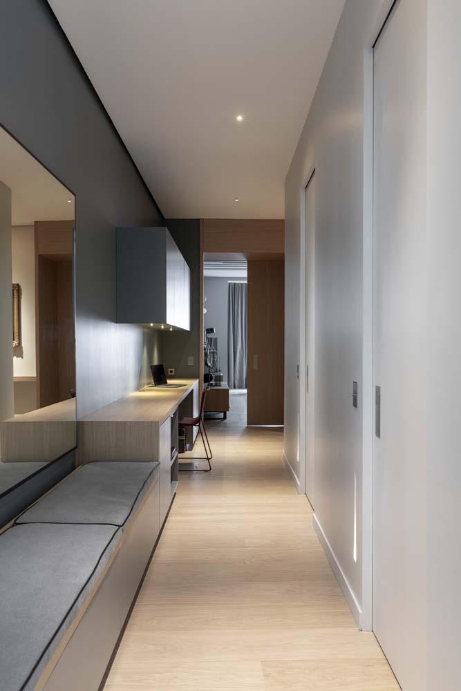couloir banquette miroir bureau parquet