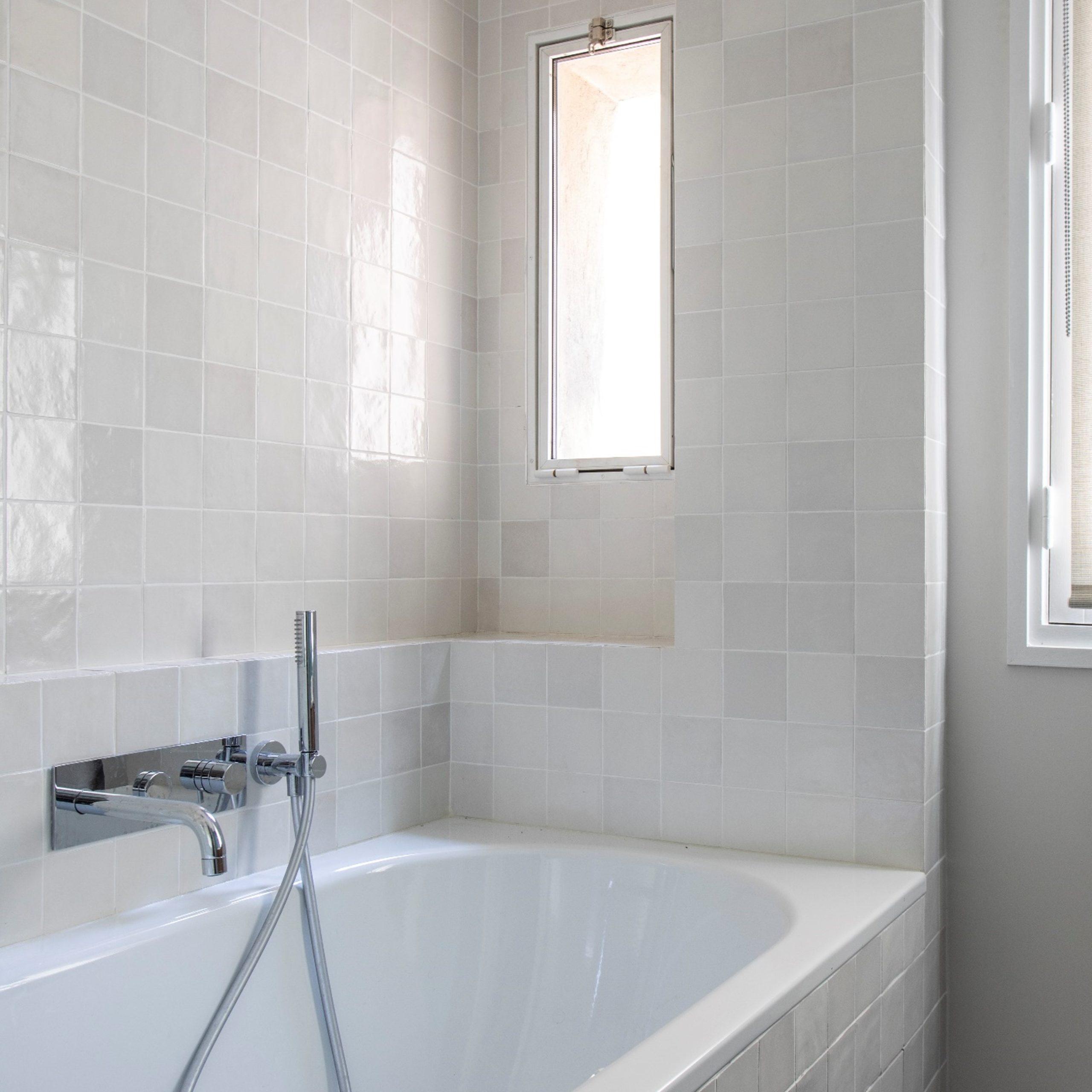 carre salle de bain zelliges blanc baignoire encastre